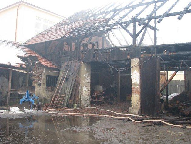 Do centra Nového Veselí se  v pondělí odpoledne sjelo osm profesionálních a dobrovolných hasičských jednotek. Požár stodoly se jim podařilo zlikvidovat po několika hodinách.