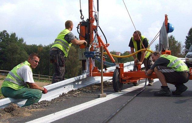 Po dokončení rekonstrukce silnice I/37 mezi obcí Škrdlovice a Vojnovým Městcem na Žďársku jsou podél této komunikace nyní instalována svodidla.