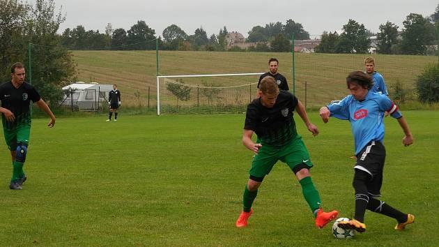 Fotbalisté béčka Bystřice (v modrém při utkání v Počítkách) ve 13. kole okresního přeboru na domácí půdě remizovali s Radostínem nad Oslavou 2:2.