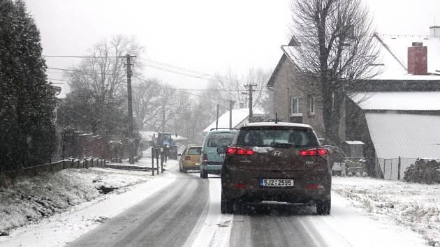 Sníh komplikuje dopravu na silnicích Vysočiny i ve čtvrtek 2. dubna.