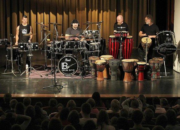 Prostory Městského divadla ve Žďáře nad Sázavou v úterý patřily bubeníkům z uskupení Jumping Drums.