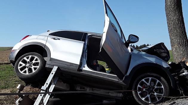 FOTO: Silnici u Rokytna zablokovala těžká dopravní nehoda. Zasahoval i vrtulník
