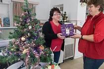 Na obecní úřad městyse Sněžné, přinášejí lidé dárky pro dětí z Dětského domova v Rovečném.
