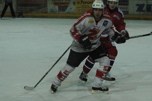 Kapitán žďárského týmu Martin Sobotka (vpředu) je z konce domácího hokeje smutný.