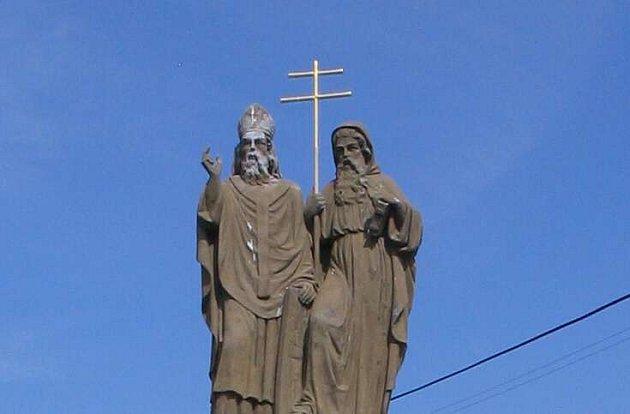 Zlacený kříž z rukou svatých věrozvěstů Cyrila a Metoděje z kašny na Masarykově náměstí v Bystřici nad Pernštejnem se našel.