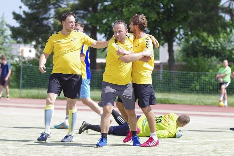 Devět branek viděli diváci při utkání mezi Kentaury (ve žlutých dresech) a týmem Radoxu. Šťastnější byl prvně jmenovaný celek, který zvítězil těsně 5:4.