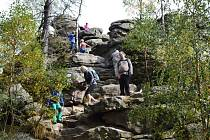 Zájem turistů o nejvyšší vrchol Žďárských vrchů Devět skal (836 m) neopadá ani na podzim.