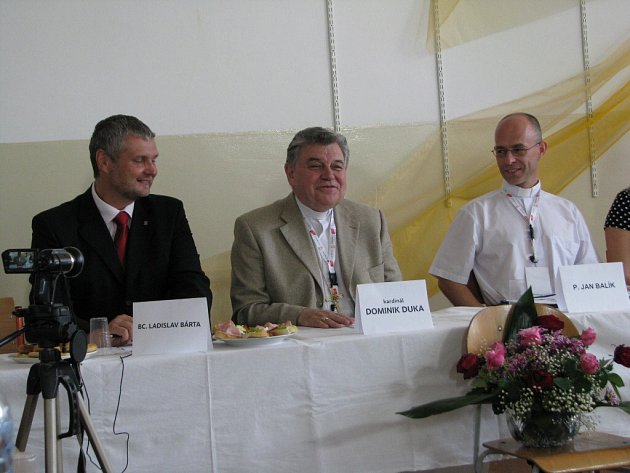 Kardinál Dominik Duka (na snímku uprostřed) vnímá jako velmi důležité setkávání mladeže se zástupci církve a společné diskuse nejen o radostech, ale i problémech mladých lidí.
