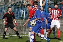 Přestože si fotbalisté Okříšek nějaké šance vypracovali, tak na hartvíkovickou defenzivu nevyzráli. Gólman Jan Trnavský (vlevo) měl i štěstí, jednou za něj chytala spojnice.