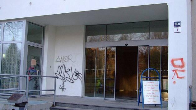 VANDALŮ. Graffiti nebo jednodušší tagy jsou k vidění téměř v každé ulici Žďáru. Podle policistů ale počet případů takovéhoto poškozování cizí věcí klesá.