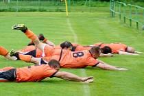 Fotbalisté Radešínské Svratky prohrávali s Křovím na vlastním hřišti 0:2. Ve druhé půli ale zápas otočili a nakonec slavili před věrnými diváky vysokou výhru 6:2. I. B třída se bude v obci hrát i příští sezonu.