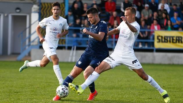 Z posledních dvou utkání v Moravskoslezské fotbalové lize vybojovali hráči Nového Města na Moravě (v modrém) dva body za bezbrankové remízy.