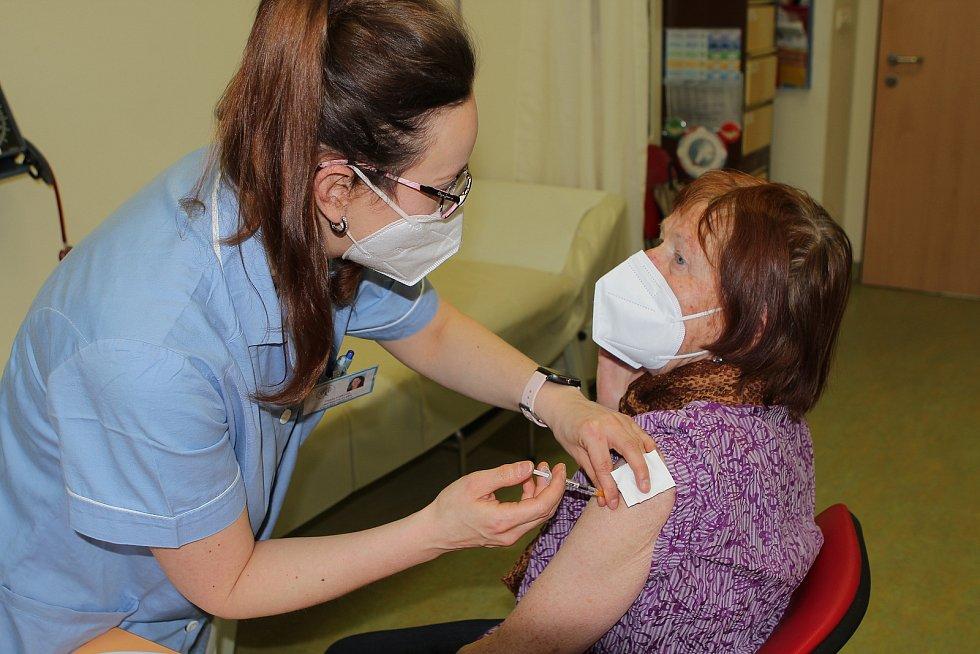 Očkovací centrum v Novém Městě na Moravě naočkuje denně zhruba osmdesát lidí starších osmdesáti let.