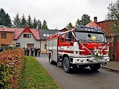 Slavnostní předání a předvedení nové cisternové automobilové stříkačky bylo ve Svratce součástí oslav stého výročí republiky.