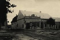Náměstí ve Velké Bíteši před rokem 1910. Centrum městečka ještě není vydlážděno.