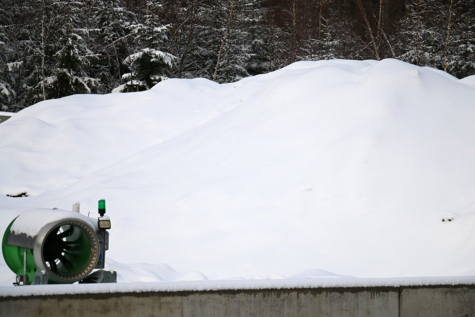 Sněhová děla jsou odvážena na zasloužený odpočinek, v zásobníku je už sněhu dost.