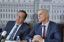 Ministr průmyslu a obchodu Jan Mládek (vlevo) a ředitel Správy úložišť radioaktivních odpadů (SÚRAO) Jiří Slovák vystoupili v Praze na tiskové konferenci k dalšímu postupu při výběru lokalit pro budoucí hlubinné úložiště vyhořelého jaderného odpadu.
