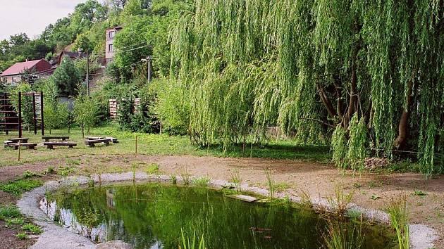Na zahradě Střediska ekologické výchovy Ostrůvek ve Velkém Meziříčí vzniklo přírodní jezírko, které dětem umožní pozorovat drobné vodní živočichy.