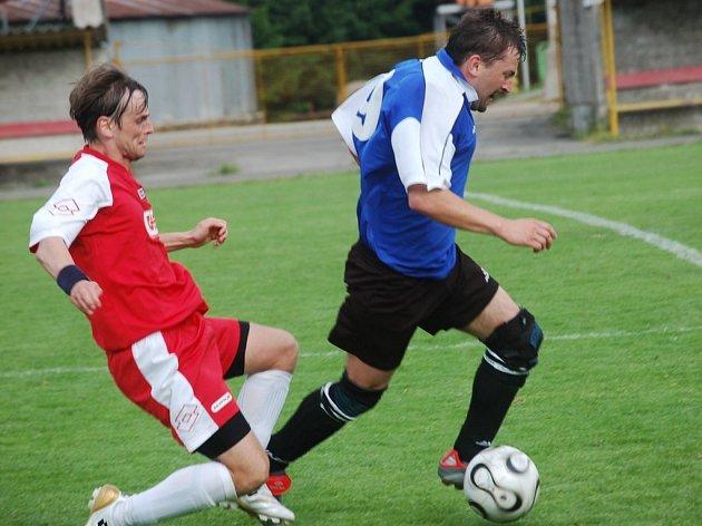 Obě branky Nové Vsi zařídil Tomáš Novotný. Na snímku uniká jeden z ostřílených hráčů Josef Starý (vpravo).