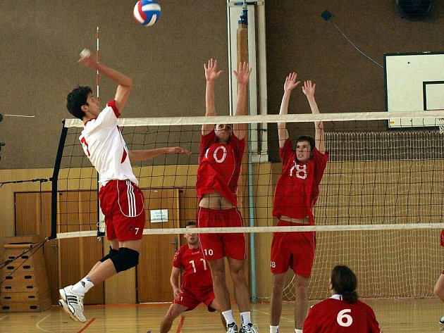 Blokující Kameník (č. 10) s Lízalem (č. 18) přispěli k výhrám extraligových juniorů Velkého Meziříčí.