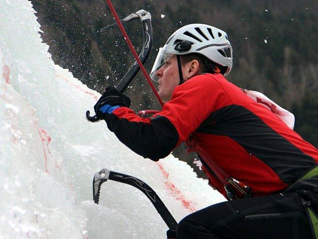 Horolezec na ledové stěně ve Víru
