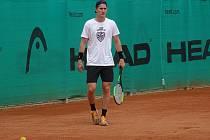 Ve třech rolích se v pátek ukázal v rodném Žďáře hokejista Martin Nečas. Dopoledne jako tenista, v odpoledních hodinách pak jako fotbalista, ale také jako hlavní hvězda autogramiády.