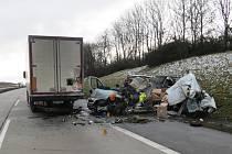Dálnice na Žďársku stála po nehodě nákladního auta a dodávky.