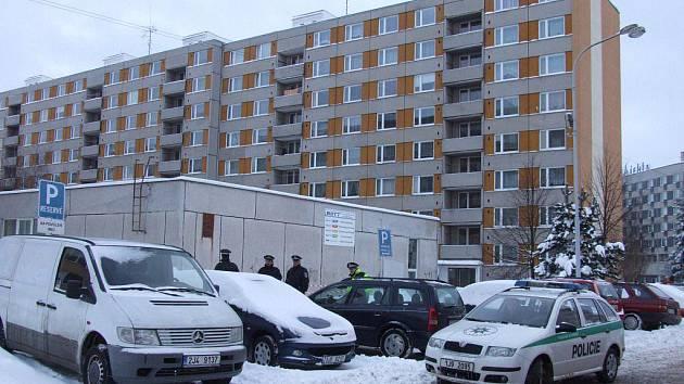 Jako falešný poplach se nakonec ukázalo nahlášení přítomnosti bomby v jednom z panelových domů ve žďárské ulici Libušínská.