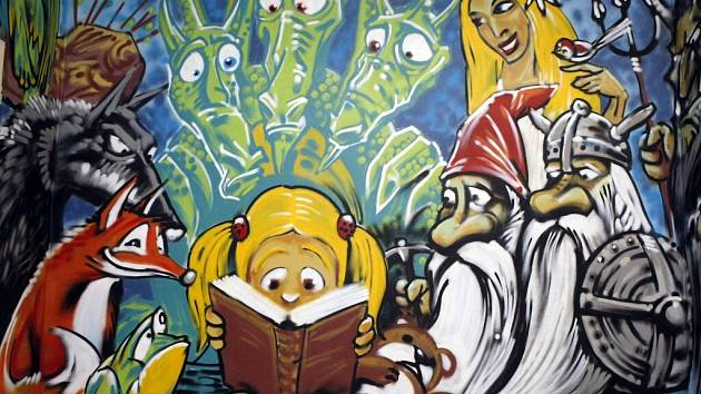 Malé čtenáře ve žďárské knihovně nově vítá pohádková výmalba.