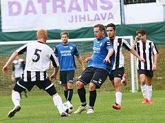 Při podzimním měření sil doma fotbalisté Herálce (v modrém) zdolali rezervu FC Žďas 2:1. Ta pět kol před koncem ještě nemá jistotu záchrany.