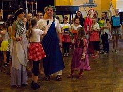 Sobotní Plesohrátky ve Žďáře si nenechali ujít malí, ani velcí. Bavili se tancem, hrami i tombolou.