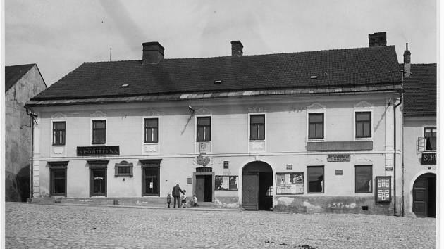 Budova dnešního bystřického muzea, původně radnice, ve 20. letech 20. století. V pravé části objektu je viditelná restaurace u Matějků a rovněž sklad piva starobrněnského. Další restaurační zařízení se nachází o dům níže, šlo o Schwarzerův hostinec a řezn