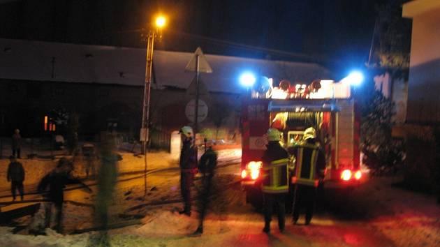 V Novém Veselí hořela stodola plná sena.