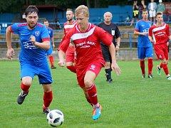 Fotbalisté Radešínské Svratky (v modrém obránce Josef Chrást) si doma poradili s Jaroměřicemi.