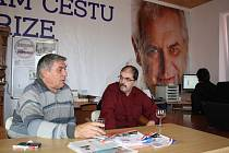 Bohumil Trávník (vlevo) ve volebním štábu SPOZ ve Žďáře sleduje výsledky voleb.