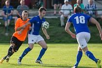 Fotbalisté Nové Vsi (v modrých dresech) se v pátek na domácí půdě utkají s juniorkou Nového Města na Moravě.