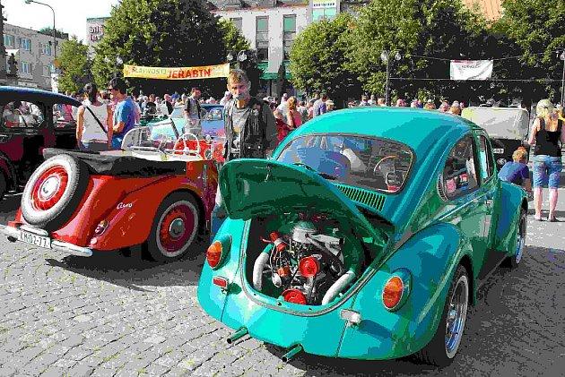 Na žďárském náměstí Republiky se sešli příznivci historických vozidel