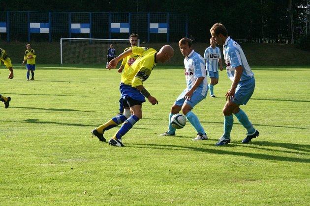 Fotbalisté Herálce (v modrém)...