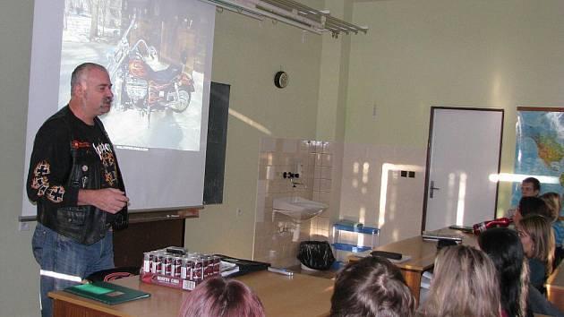 Jak se chovat na silnicích jako řidič i jako chodec, přiblížil včera studentům žďárské školy ekonomiky a cestovního ruchu Jaroslav Mach z organizace DOLY BIKERS.