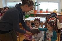 Děti z mateřinky ve Žďáře viděly zblízka ježka a další zvířata našich lesů.