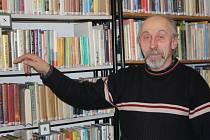 Josef Dvořák z Olešné (na snímku) nepečuje pouze o blaho místních čtenářů. Stará se také o hasičskou a obecní kroniku a doprovází zpěv lidí v kostele hrou na varhany.