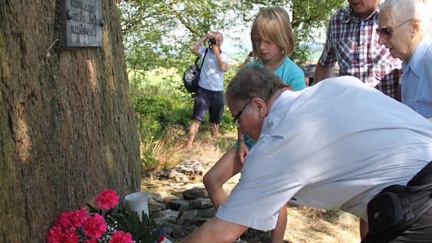 Koníkovští si připomínají na vrchu Metodka tragédii z druhé světové války.  Od roku 1975 stojí na kopci pomník Františku Laštovičkovi a Františku Olejníkovi, kteří 10. dubna zahynuli v koncentračním táboře Mauthausen.