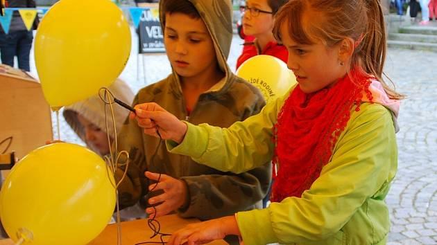 Děti si na žďárském náměstí mimo jiné mohly prostřednictvím různých aktivit vyzkoušet svoje fyzické i smyslové dovednosti, za svoje výkony i vědomosti byly odměněny.