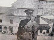 Ruský voják u azbukou psaného ukazatele směrů ve spodní části bystřického náměstí po osvobození města v květnu roku 1945.