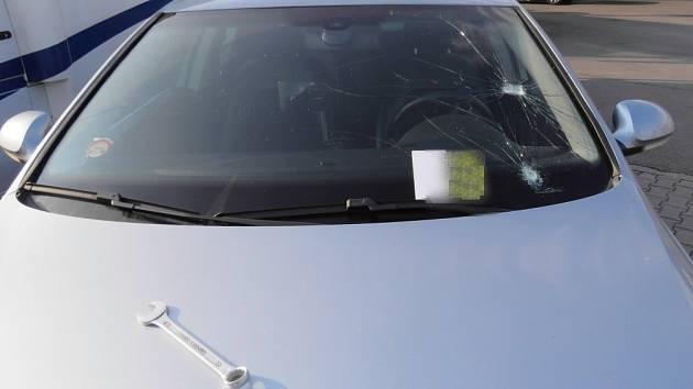 Po posádce dodávkového vozu, která v neděli večer ohrozila bezpečnost lidí v osobním autě, pátrají policisté z dálničního oddělení ve Velkém Beranově.