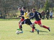 Béčko Vrchoviny (v červeno-modrém) v derby na hřišti Moravce (ve žlutém) brzy vedlo 2:0. Svěřenci trenéra Lukáše Broži ale přidali a dokázali vyrovnat na konečných 2:2.