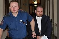 Martina Vosyku přivedla k soudu eskorta