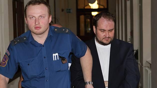 Vražda v nelegální herně: Obžalovaný vinu popírá