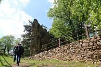 Zřícenina hradu se nachází přímo uprostřed Dalečína.