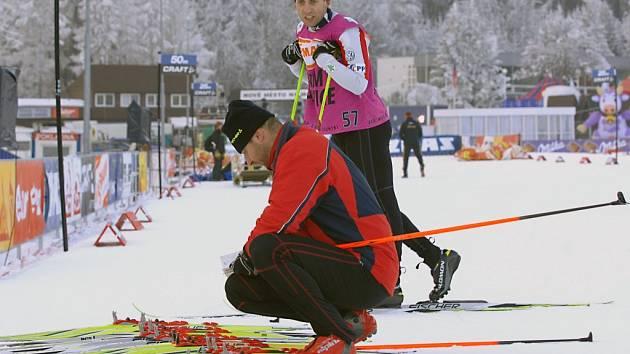 Vít Fousek a Josef Kučera (vzadu) testují lyže při světovém poháru.